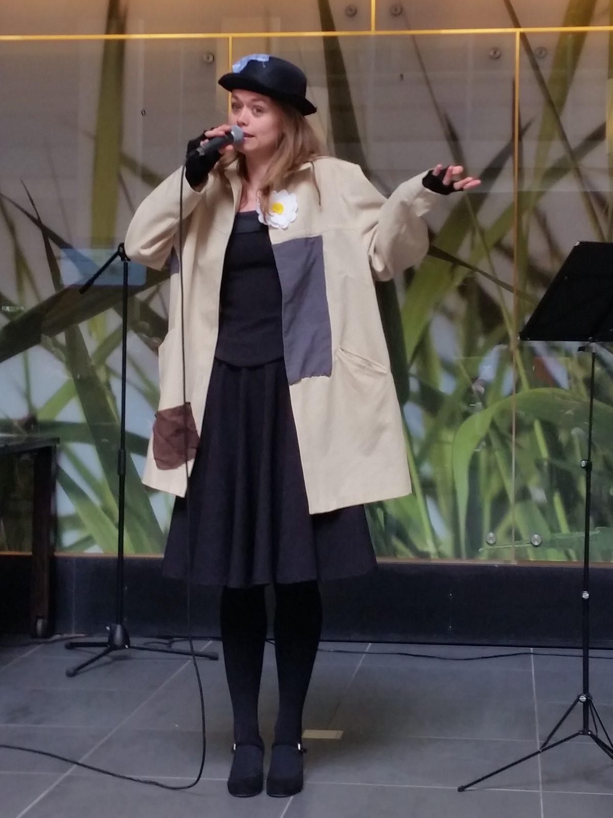 Zangeres Jasmijn zingt 'twee motten' van Dorus tijdens het liedjesprogramma voor senioren: 'Liedjes van de bovenste plank'