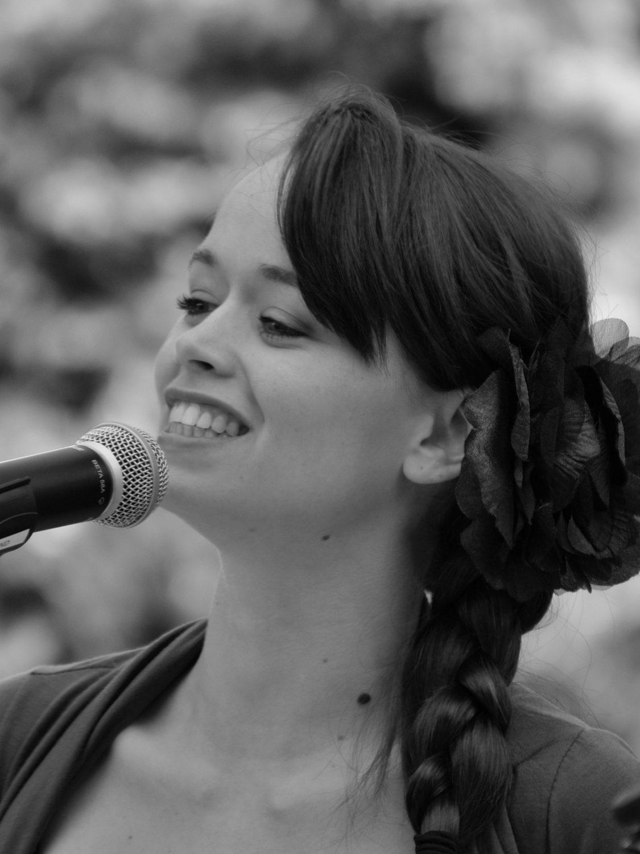 Live zang: Zangeres Jasmijn zingt liedjes op evenementen of feesten